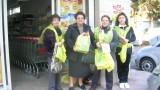 le volontarie ed una donatrice all'uscita da un supermercato
