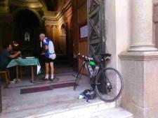 san rocco ciclista sulla porta